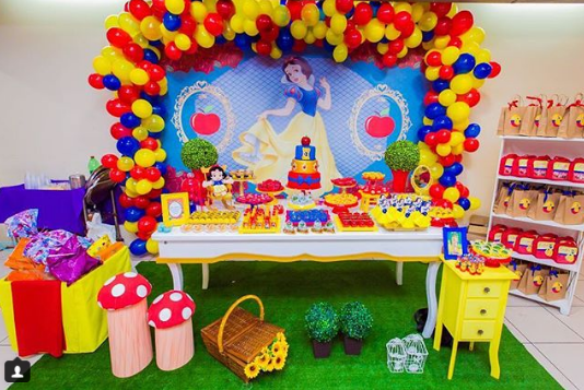 Decoration with snow white party balloons