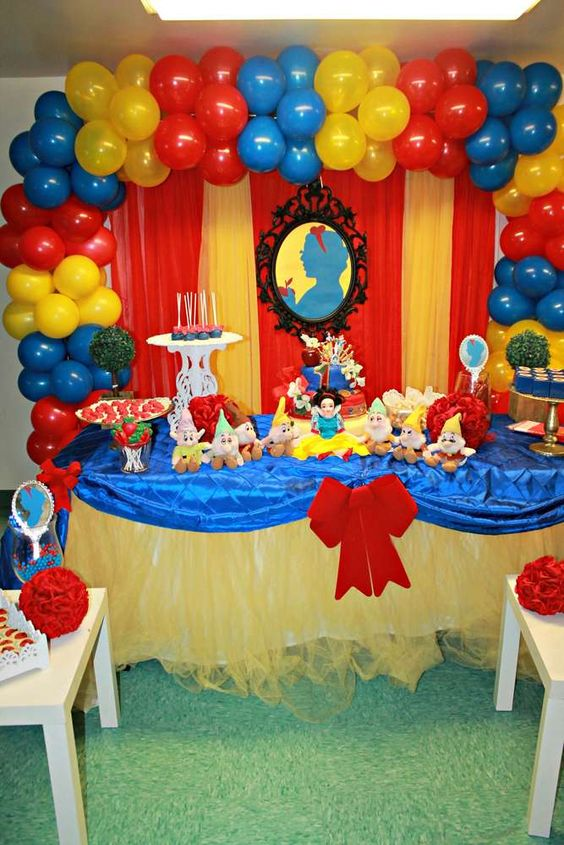 Decoration with balloons for a white snow party