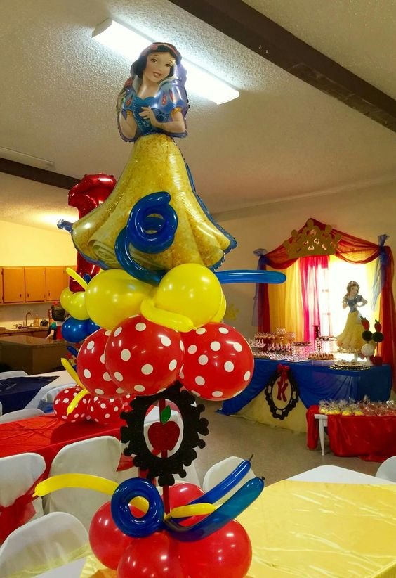 White snow centerpieces with balloons