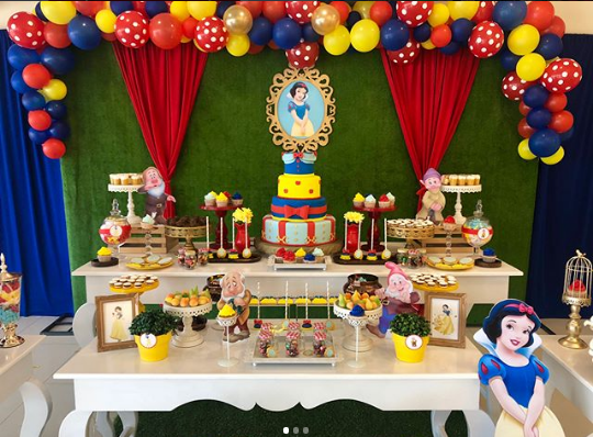 Decoration with snow white party balloons - Celebrat : Home of