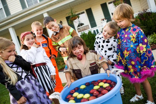 How to make Halloween jokes - Brincadeiras de Halloween: jogo das maçãs
