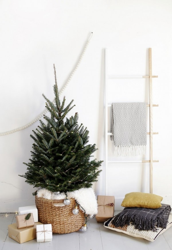 Christmas decoration with wicker baskets