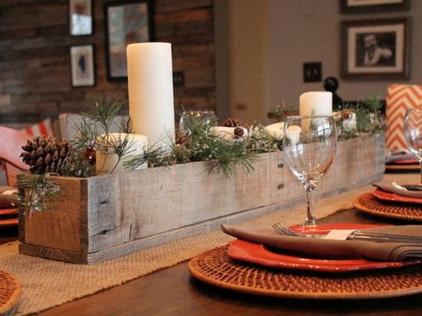 Centerpieces with wooden boxes for the Christmas table
