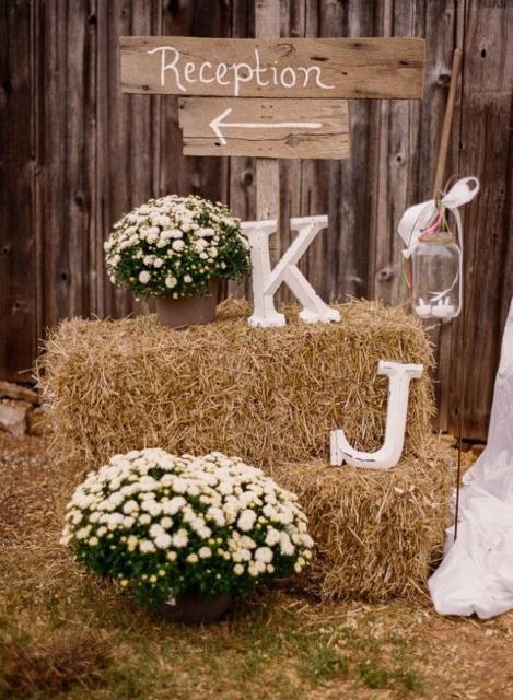Mini wedding: rustic decoration with hay