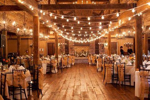 Mini wedding: rustic barn decoration