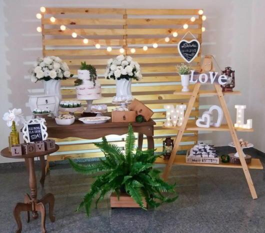 Mini wedding: table decoration with white arrangements