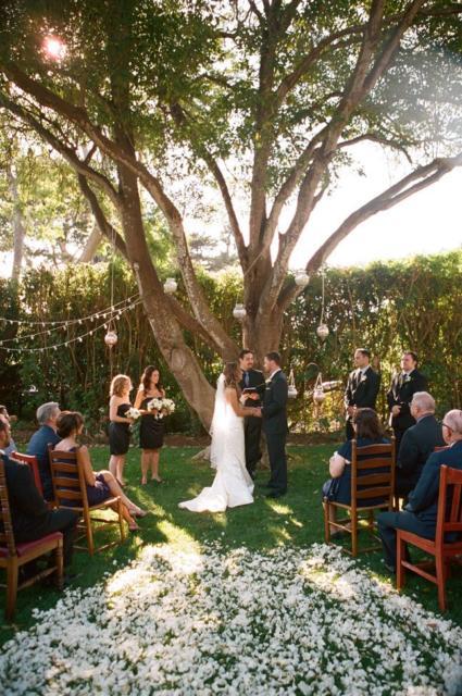 Mini wedding: rustic outdoor decor