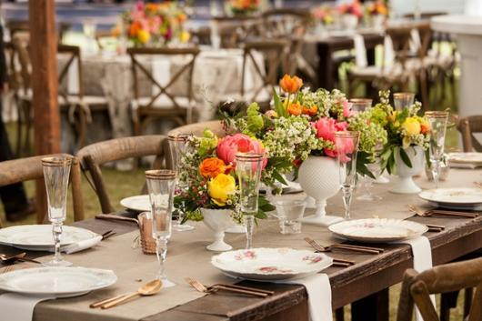 Mini wedding: rustic decoration with flowers on the table