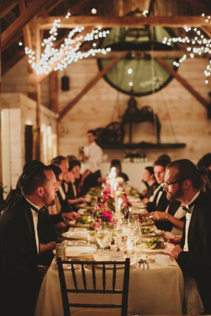 Mini wedding: table decoration with aligned arrangements