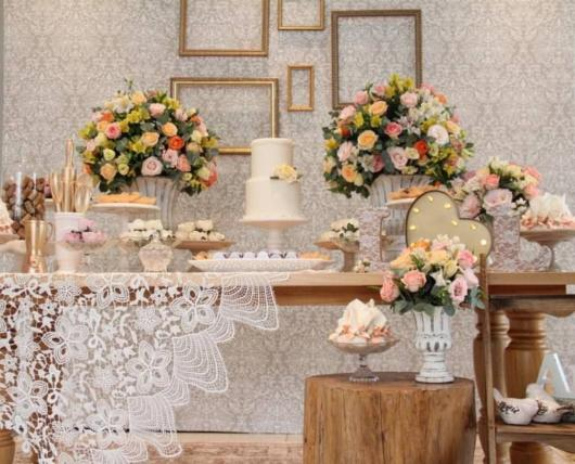 Mini wedding: table decoration with frames