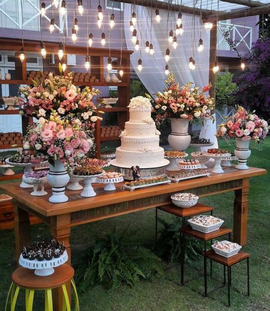Mini wedding: table decoration with lights