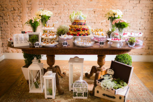 Mini wedding: table decoration with flowers