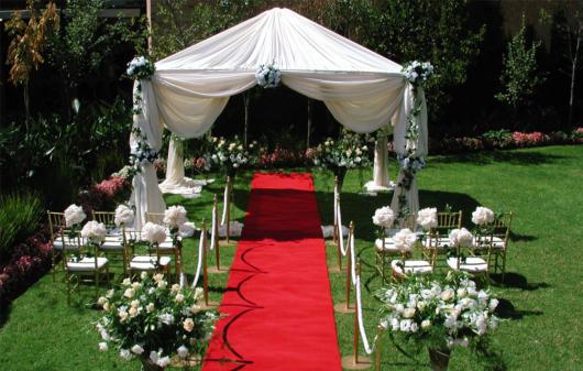 Mini wedding: red carpet ceremony decoration