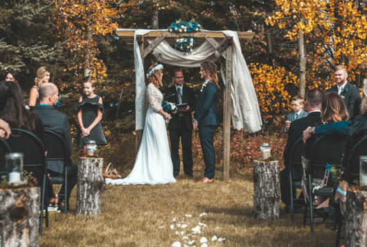 Mini wedding: ceremony decoration with arch decorated with fabric