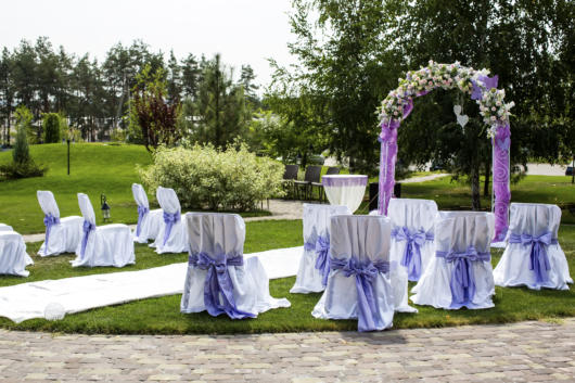 Mini wedding: ceremony decoration with lilac bow