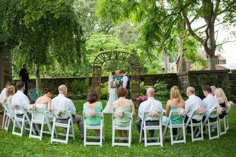 Mini wedding: outdoor ceremony decoration