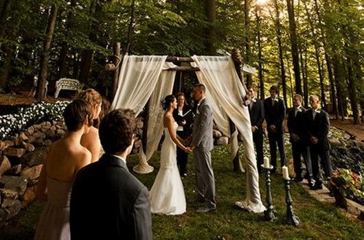Mini wedding: ceremony decoration with white curtain