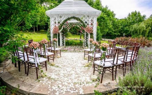 Mini wedding: ceremony decoration with pink flowers