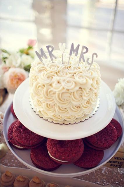 Mini wedding: cake decorated with whipped cream