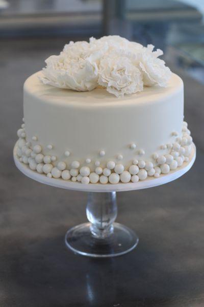 Mini wedding: cake with edible pearls