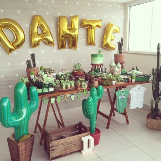 Use balloons to enhance the decor of your cactus party