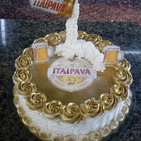 The golden details and the tin on the top make the Itaipava cake dazzling