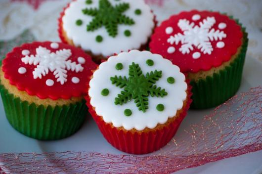 Christmas cupcake red white and green powdered milk paste appliqué