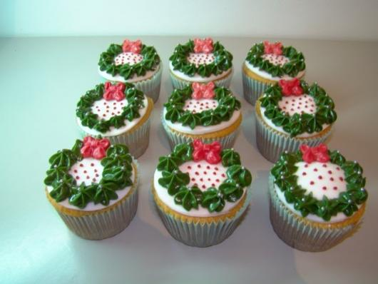 Christmas cupcake decorated with whipped cream garland