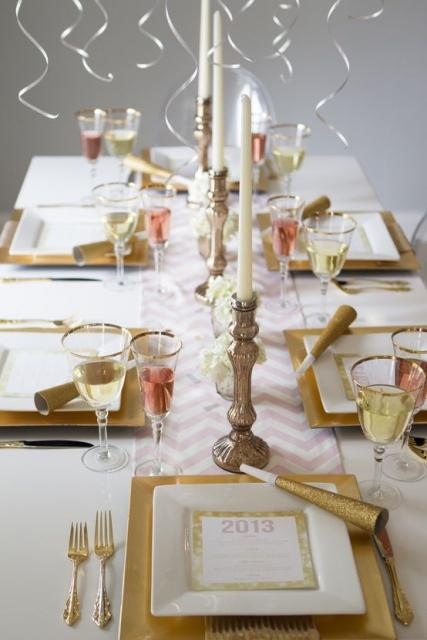 Table decorated in white and gold colors.