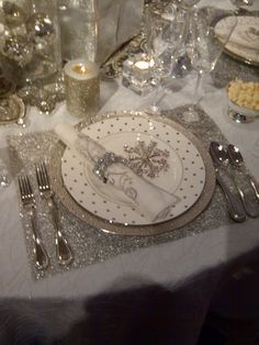 Table decorated with silver pieces.