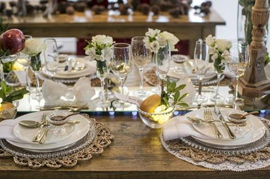 Table decoration with white flowers.