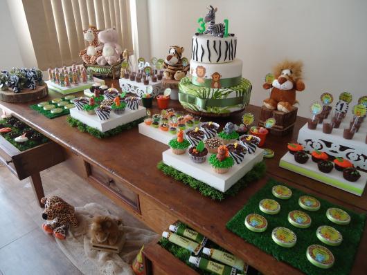 Safari party rustic table decoration