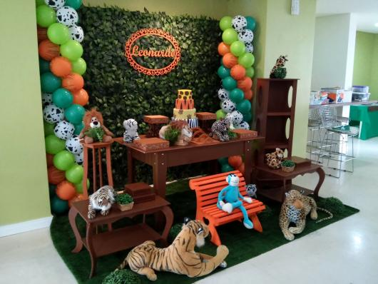 Rustic Safari Party with large plush toys