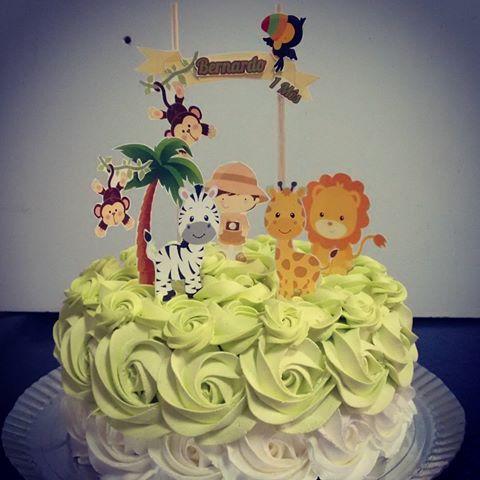 icing cake safari party