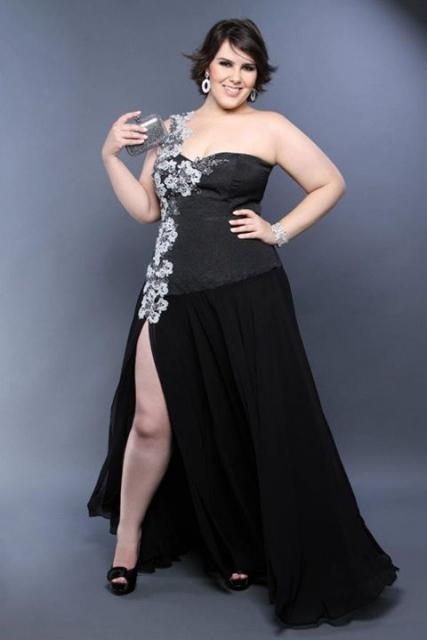 Model wears black dress with details of side flowers, strapless strap.