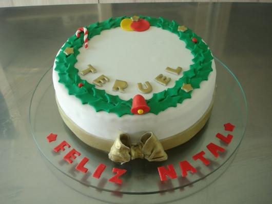 Simple American paste Christmas cake with bow detail