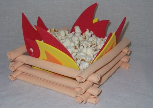 Junina party favors with rubberized bonfire