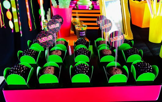 model neon party