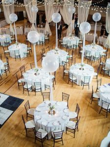 decorate wedding table center with balloons