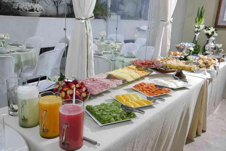 breakfast fruit table